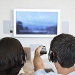Zwei Bluetooth Kopfhörer an einem Fernseher
